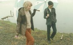 Jansson ja Suzuki kävelemässä Ashinoko-järven rantaa.