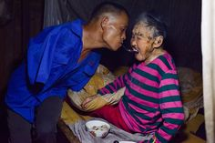 Son with no arms spoon-feeds his paralyzed Mom using his teeth  via BoredPanda