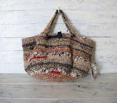 One Of A Kind / / Vintage Kimono Rag Hobo Bag una borsa speciale per voi! Altre foto ↓ ↓ ↓ ↓ brauvalstock.blogspot.com uno di un genere colorate a mano alluncinetto spalla/borsetta fatta di corde di iuta di colore naturale, molti colori, molti tipi di filato di lana e filati di lino e