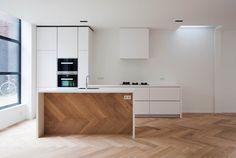 #Keuken, #miele, #inbouwapparatuur, #HImacs, #MDF, #gespoten, #wit, #zeidenglans, #greeplijst, #eiken #vloer, #wijnkoeler, #trap, #eiland, #visgraat #corian, #houtwerk. Solid Surface, Apartments, Kitchen Design, Kitchens, Sweet Home, New Homes, Modern, Trendy Tree, Design Of Kitchen