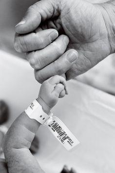 Conversamos com quatro profissionais especializados em fotografia infantil e de parto para saber quais registros você não pode deixar de fazer no dia do nascimento do seu bebê. Confira as dicas: