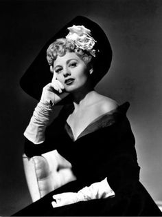 Shelley Winters, 1949 - adore ever element of her beautiful outfit and curl filled hairdo. Hollywood Icons, Old Hollywood Glamour, Golden Age Of Hollywood, Vintage Hollywood, Hollywood Stars, Hollywood Actresses, Classic Hollywood, Actors & Actresses, Classic Movie Stars