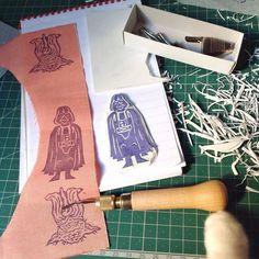 Il lato oscuro sta avendo la meglio!  #darthvader #handmade #handcrafted #oneofakind #printwork #print #sellos #stamp #maker #sketch #illustration #blockprint
