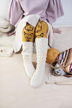 Hurmaavat lettivarsisukat ovat kauneimmillaan lumivalkoisina. Sukat lämmittävät suloisesti polviin asti. Gypsy Crochet, Knit Crochet, High Knees, Knee High Socks, Boot Cuffs, Knitting Socks, Knit Socks, Leg Warmers, Tights