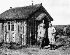 Einstein 1933. He stayed in this hut in secret on Roughton Heath, Norfolk in 1933. Pictured with Locker Lampson.