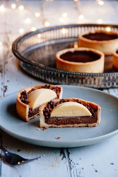 Mint Chocolate Tart with Caramelized Cocoa Nibs: Tart Recipes Fancy Desserts, Just Desserts, Delicious Desserts, Yummy Food, Healthy Desserts, Tart Recipes, Sweet Recipes, Dessert Recipes, Vegan Recipes