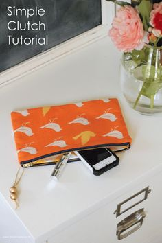 DIY A Simple Clutch Sewing Tutorial 》iheartnaptime Sewing Hacks, Sewing Tutorials, Sewing Patterns, Purse Patterns, Sewing Projects For Beginners, Diy Projects, Fabric Crafts, Sewing Crafts, Teen Crafts
