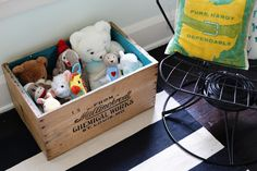 DIY fabric lining for toy box | farm fresh therapy.jpg Farm Fresh Therapy gives a great tutorial in making a fabric lined wood crate for toys. This is a great way to store away those toys in the living room or family room. This is no sew, you really just pin them in so it's EASY diy. #organizingwithkids #toystorage #organize