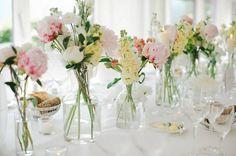 arreglos de mesas para eventos con flores silvestres Arreglos de mesa para boda con flores [Fotos]