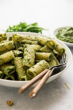 This homemade arugula pesto recipe is ready in five minutes! With walnuts, parmesan cheese, and lemon juice for a pesto sauce perfect on pasta or chicken. Quick Pasta Recipes, Side Dish Recipes, Noodle Recipes, Kitchen Recipes, Gourmet Recipes, Healthy Recipes, Healthy Food, Pasta Sauce Pizza, Arugula Pesto Recipe