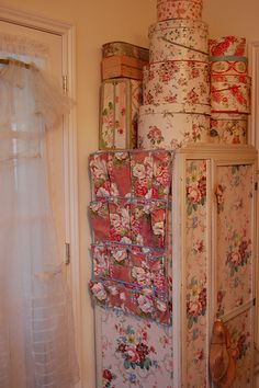 Shabby Chic Interior Design Ideas For Your Home Shabby Chic Interiors, Shabby Chic Cottage, Shabby Chic Style, Shabby Chic Decor, Rose Cottage, Granny Chic, Vintage Hat Boxes, Vintage Decor, Decoupage