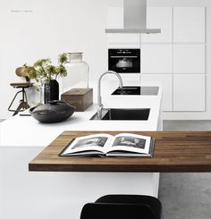 Designa kitchen - via Coco Lapine Design Danish Kitchen, Kitchen Modern, Nice Kitchen, Kitchen Layout, Kitchen Dinning, Minimalist Kitchen, Rustic Kitchen, Kitchen Pantry, Kitchen Decor