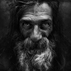 On ne les voit plus dans la rue et pourtant ils sont là : les sans-abris. Un photographe à décidé de les prendre en photo. Cela donne une série de 25 portraits absolument saisissants !  #photographies #sdf