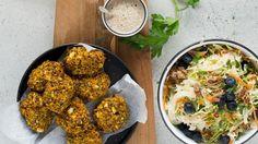 Veganske gulerodsfrikadeller & spidskålssalat med ristet boghvede
