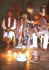 """Grupo de sacerdotes mayas, realizando su diario rezo hacia su santo nombrado """"El Maximon"""", santo el cual no esta reconocido por la iglesia católica pero posee fieles creyentes en varias culturas indígenas, en especial la cultura Mam. Clave #17"""