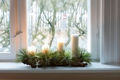 Årets enkle adventskrans har Lene Samsø lavet af et stykke rustikt bark fra haven, der har kirkelys sat på med lidt ler og små grankviste.