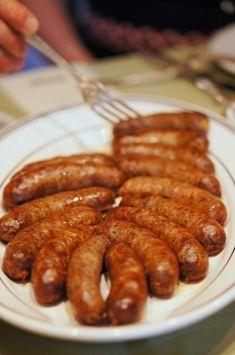 A legkisebb konyhában is összedobhatsz saját készítésű házikolbászt. Egyáltalán nem olyan macerás, mint gondolod: darált hús, fűszer é... How To Cook Beef, How To Make Sausage, Making Sausage, Grilling Recipes, Meat Recipes, Cooking Recipes, Bratwurst, Creative Kitchen, Charcuterie