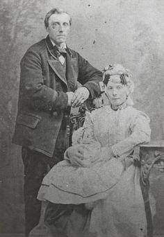 Het echtpaar Piet Brand en Neeltje Brand-Timmer, met hun kind. Piet en Neeltje dragen de streekdracht van de Zaanstreek. ca 1880 #NoordHolland #Zaanstreek