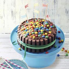 Deze overheerlijke taart is alleen al een traktatie om naar te kijken! Haal je m&m's en kitkat repen uit de kast en beginnen maar! Vind het recept op http://www.ah.nl/allerhande/#/recepten /972764/kitkat-m-m-taart/?rq=kitkat | ilovespeelgoed.nl