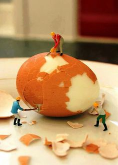 T: Miniature art installation Artist Slinkachu.The miniature world Miniature Photography, Art Photography, Art D'oeuf, Art Des Gens, Miniature Calendar, Foto Fun, Tiny World, Egg Art, People Art
