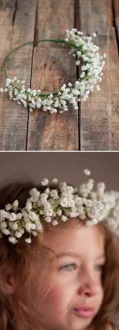 Blumenkranz mit Schleierkraut für die Blumenmädchen - mit einem Haarreifen, Blumendraht und Blumen einfach und günstig selber zu machen. #Hochzeit #DIY