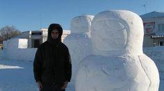 Daniele Castiglioni con alcune matrioske di neve (image only)