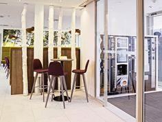 Entdecken Sie das ökologische und innovative Eco-Suite Hotel in Salzburg. Sie können einen Einblick in die moderne Architektur sowie Arbeitsweise bekommen. Divider, Room, Furniture, Home Decor, Modern Architecture, Bedroom, Decoration Home, Room Decor, Rooms