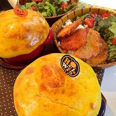 かぼちゃのパンで蓋をしたカボチャカレーに、ハムカツの夕飯です。 ハロウィンが終わって、もう街はクリスマスの準備。時がすぎるのが早い( `^ω^)=3 - 57件のもぐもぐ - いまさらですが、ハロウィンディナー by zukaccha