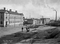 13. Toinen linja 15, 13, 11 ja 9 vuonna 1908. Branderin kuvassa lapsia leikkii kalliolla, jolla pidettiin myös mm. Pelastusarmeijan kokouksia. Sittemmin osoitteeseen Toinen linja 9 nousi kerrostalo, jossa sijaitsi mm. kirjailija Paavo Haavikon lapsuudenkoti.