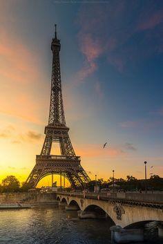 Paris est une Fête! — La Tour Eiffel, Paris.