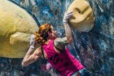 A atleta Camila Macedo fazendo muita força na final da Copa Five Ten de boulder. Ginásio Casa de Pedra - SP