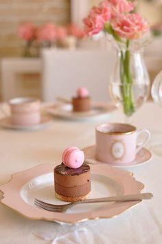 tea with patisserie raspberry macaron Bolo Macaron, Macaroon Cake, Cupcakes, Cupcake Cakes, Macaroons, Eclairs, Pause Café, Mini Cakes, High Tea