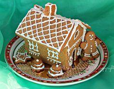 Casetta pan zenzero Natale bambini, Un dolce tipico della tradizione natalizia, realizzato con un impasto di biscotto speziato e decorato con glassa bianca.