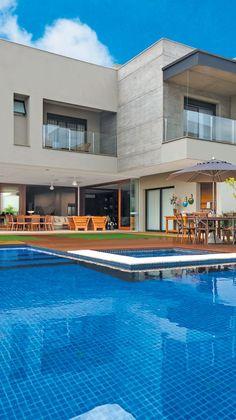 No jardim externo, o destaque é a piscina revestida com pastilhas azuis da Portobello Shop e borda da Castelatto (Ornamentare)
