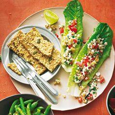 Minze, Oliven und Paprika fürs Mediterrane, Walnüsse fürs Knackige, und Hüttenkäse übernimmt den cremigen Part - toll als Snack oder Vorspeise! Zum Rezept: Salatblätter mit körnigem Cheese-Spread