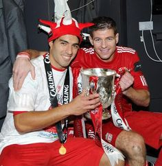 Suarez and Gerrard with the Carling Cup in 2012