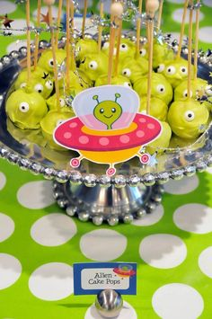 Graciosos cake pops para una fiesta espacio / Fun cake pops for a space party Alien Party, Astronaut Party, Nasa Party, Outer Space Party, Festa Toy Story, Kids Party Themes, Party Ideas, Cake Pops, 2nd Birthday Parties