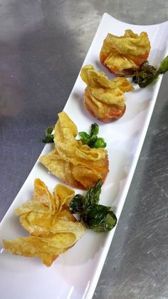 Farcellets d poma i sobrassada Finger Food Appetizers, Appetizers For Party, Appetizer Recipes, Tempura, Tapas Menu, Spanish Dishes, Food Decoration, Chips, International Recipes