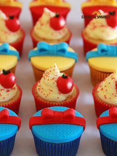 Cupcakes Branca de Neve Disney Cupcakes, Mini Cupcakes, Cupcake Cakes, Cupcake Ideas, Birthday Cupcakes, Snow White Cupcakes, Snow White Cake, Cupcakes Princesas, White Party Decorations