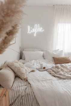 Take a look at these small bedroom ideas and get some decorating ideas for small apartment. People often think how to decorate a small bedroom? Room Ideas Bedroom, Home Bedroom, Girls Bedroom, Bedroom Inspo, Master Bedroom, Cosy Bedroom Decor, White Comforter Bedroom, Bedroom 2018, Bedroom Setup