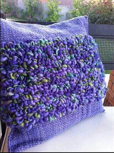so pretty Weaving Textiles, Weaving Patterns, Linen Pillows, Decorative Pillows, Loom Weaving, Hand Weaving, Knot Cushion, Weaving Projects, Weaving Techniques
