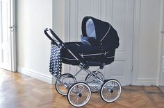 Emmaljunga Mondial de Luxe chassis with Mondial Duo Combi seat and carrycot in dark blue