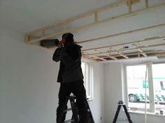 Boven de keuken komt een verlaagd plafond voor de plafondafzuigkappen en de LED verlichting.