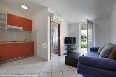 Polecamy Apartamenty Vodice- to dom z pięcioma w pełni wyposażonymi apartamentami z oddzielnymi wejściami, który znajduje się w spokojnej lokalizacji, 500 metrów oddalony od plaży i 600 metrów od centrum Vodic. Więcej na: http://www.nocowanie.pl/chorwacja/noclegi/vodice/apartamenty/139838/