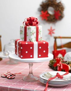 Here we have an amazing collection of latest Christmas cake design ideas. Learn how to make Christmas cakes for kids and family and to get some great ideas for your Christmas cake design. We hope you enjoy these designs as much as we do! Christmas Cake Designs, Christmas Cake Decorations, Christmas Sweets, Holiday Cakes, Noel Christmas, Christmas Baking, Christmas Presents, Christmas Present Cake, Christmas Wedding