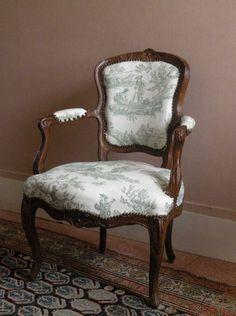 Fauteuil cabriolet, travail provincial d'époque Louis XV.   Daguerre