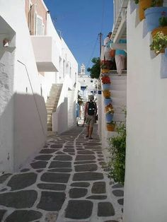 Charming little alley in Naoussa, #Paros island, #Greece / Grekland