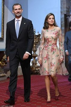 Queen Letizia welcomes a canine rescue unit : Earlier in the day, the Spanish Queen had opted for an elegant floral dress to meet a cani. Princess Letizia, Queen Letizia, Classy Outfits, Beautiful Outfits, Estilo Real, Royal Clothing, Floral Gown, Short Dresses, Formal Dresses