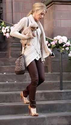 Blake Lively brown jeans pants beige knitted cardigan high heels pony tail dog
