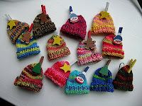 Pattern for Christmas Tree Little Hat Ornaments Good idea to use up sock yarn scraps. I wonder if these would fit on my daughter's barbies...
